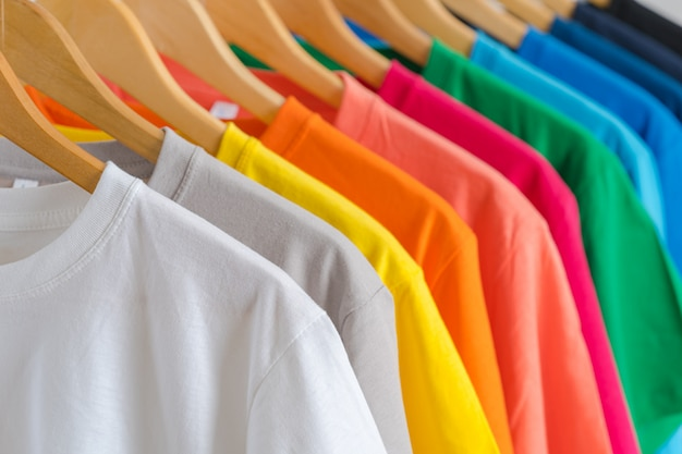 Close-up de camisetas coloridas em cabides