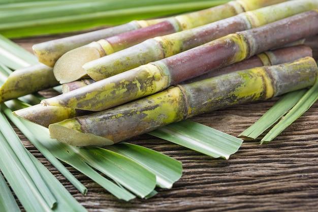 Close-up de cana de açúcar em fundo de madeira