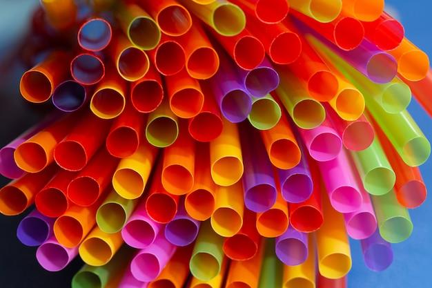 Close-up de canudos coloridos