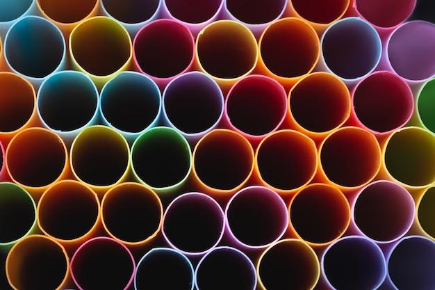 Close-up de canudos em várias cores