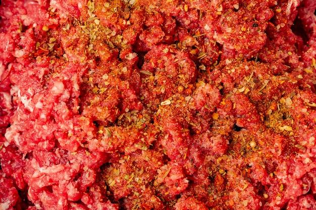 Close-up de carne picada em uma placa de metal. costeletas picadas cozinhando para o jantar. carne, moedor, cru, comida, carne, cozinhar.