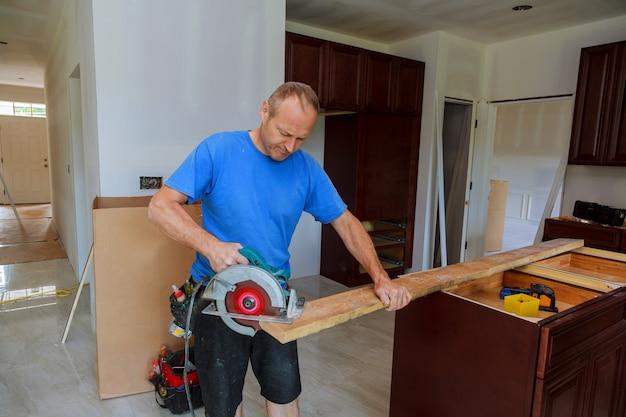 Close-up, de, carpinteiro, usando, um, circular, serra, para, corte, um, grande, tábua madeira
