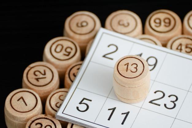 Close-up de cartão de loteria e barris de madeira