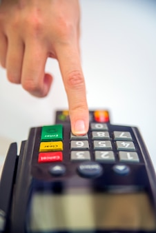 Close-up de cartões de serviço com pos-terminal. imagem em cores de um pos e cartões de crédito. máquina de leitor de cartão de crédito no fundo branco