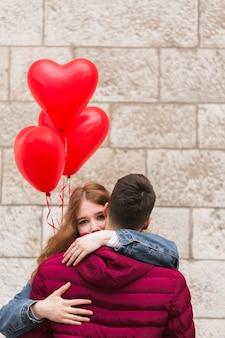 Close-up de casal adorável abraçando