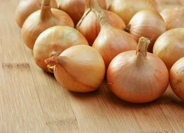 Close-up de cebolas em uma tábua de cozinha