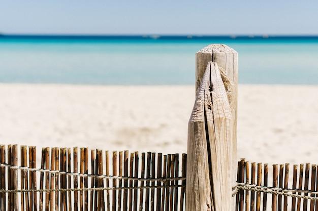 Close-up de cerca de madeira na praia