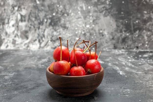 Close-up de cerejas frescas em uma tigela marrom