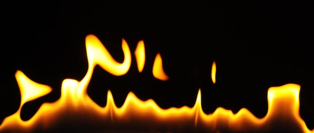 Close-up de chamas de um queimador de álcool em um fundo escuro