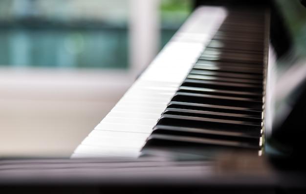 Close-up de chaves do piano com fundo borrado