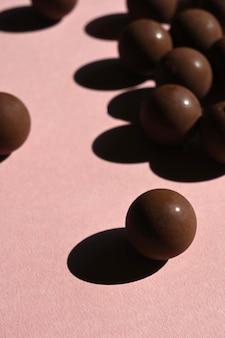 Close-up de chocolates com sombras fortes, estética abstrata. selecione o foco