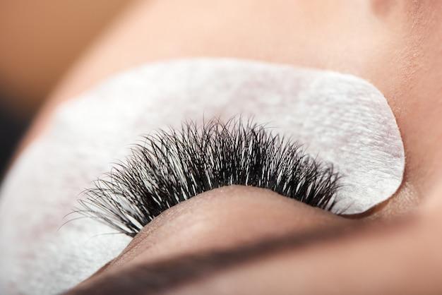 Close-up de cílios longos da mulher ampliada