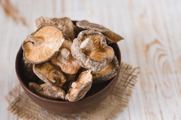 Close-up de cogumelos shiitake secos em fundo de madeira