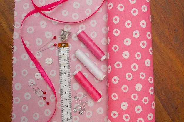 Close-up de coisas para costurar em rosa