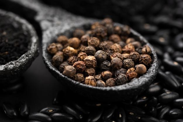 Close-up de colher com sementes de condimento