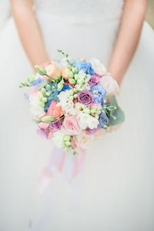 Close-up, de, coloridos, buquê casamento, de, rosas, segurado, por, bonito, noiva