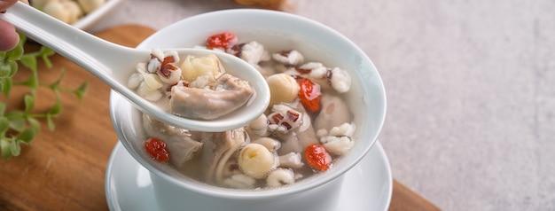 Close-up de comida deliciosa com sabor de ervas chinesas tradicionais de taiwan