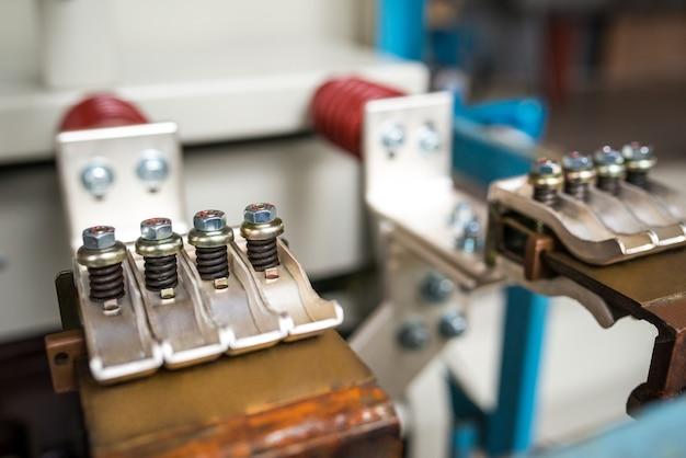 Close-up de conexões de metal com parafusos e peças em uma fábrica de aeronaves. engenharia de conceito e construção naval