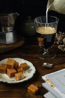 Close-up de copo de café com um pouco de caramelo salgado