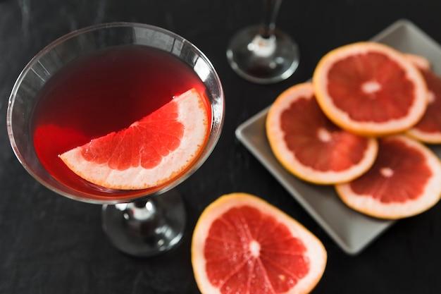 Close-up de copo de cocktail de toranja