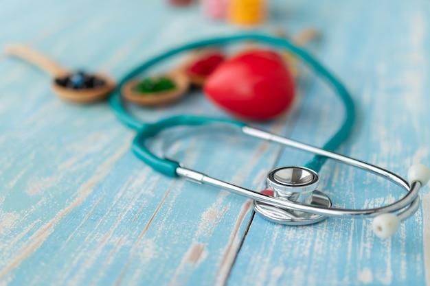 Close-up de corações vermelhos e vitaminas.