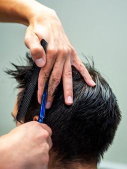 Close-up de corte de cabelo profissional por trás