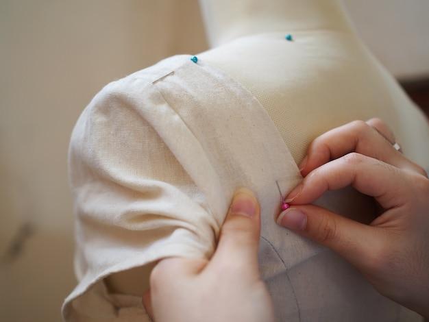 Close-up de costura de mão feminina
