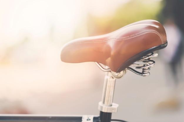 Close-up, de, couro, bicicleta, sela, em, ao ar livre