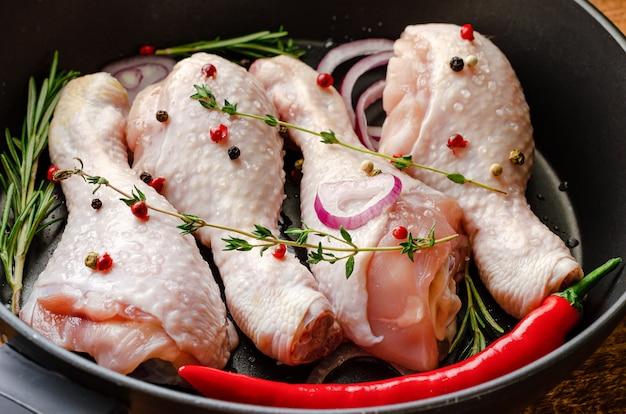 Close-up de coxinhas de frango cru com ervas e especiarias