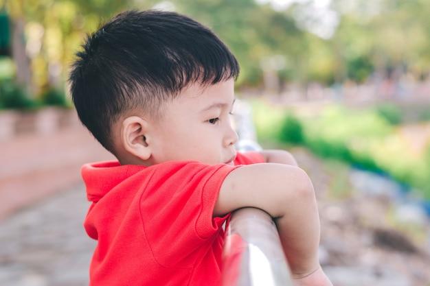 Close-up de criança feliz está sorrindo curtindo a vida. retrato de criança na natureza, parque ou ao ar livre
