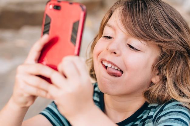 Close-up, de, criança, tocando, telefone