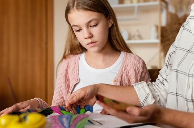 Close-up de crianças e adultos sendo artistas