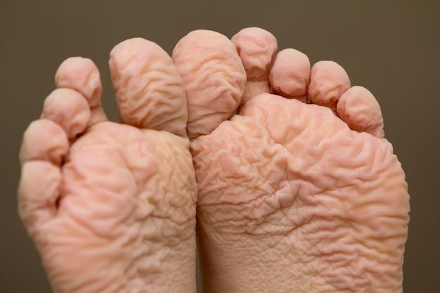 Close-up de crianças pés enrugados após um longo banho