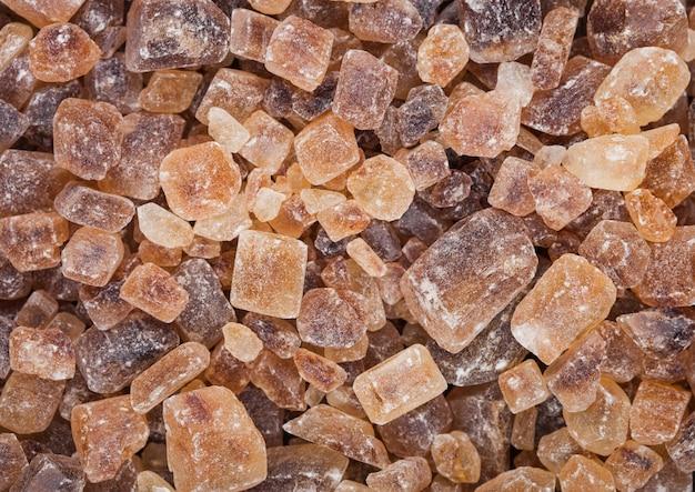 Close-up de cubos de açúcar caramelizado natural em branco. vista do topo