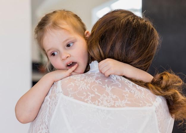 Close-up, de, cute, filha, abraçando, dela, mãe