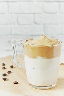 Close up de dalgona gelado com café batido com creme fofo