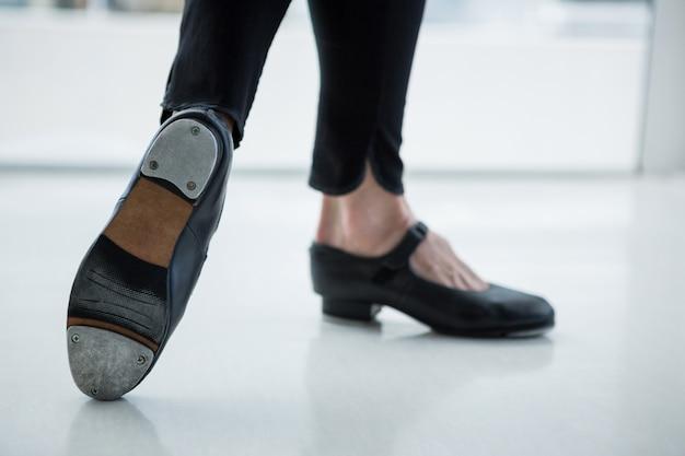 Close-up de dançarina usando sapatos de torneira