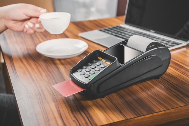 Close-up de dataphone com cartão de crédito