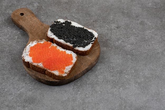 Close up de de dois sanduíches frescos com caviar