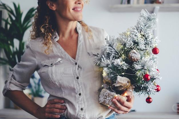 Close up de decoração de mulher e árvore de natal