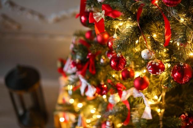 Close-up de decorações de natal. galhos de árvores e velas.