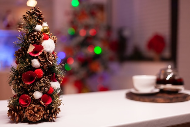 Close up de decorações para árvores de natal na cozinha festiva