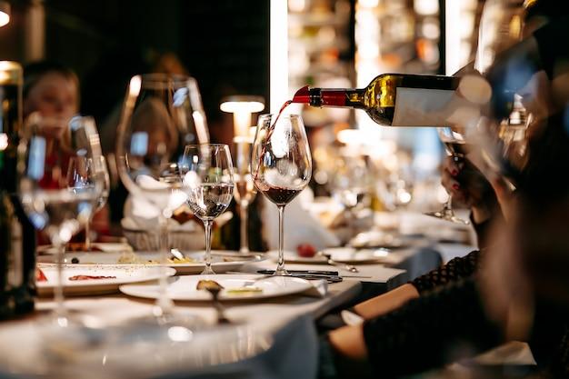 Close-up de degustação de vinhos no restaurante durante a noite