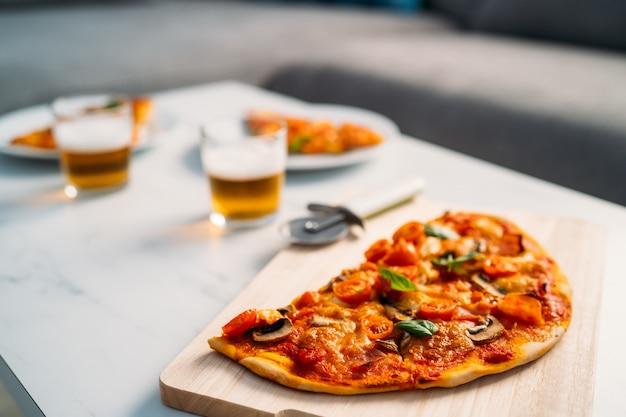 Close-up de deliciosa pizza italiana caseira em uma mesa de mármore na sala de estar