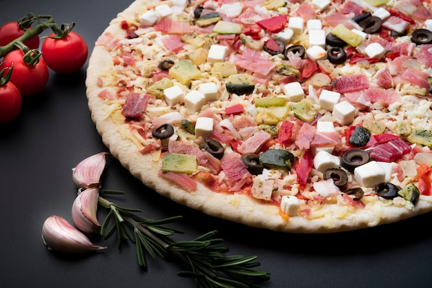 Close-up de deliciosa pizza italiana fresca em fundo preto