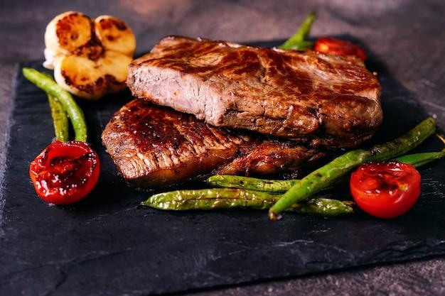 Close-up de deliciosos bifes grelhados com legumes