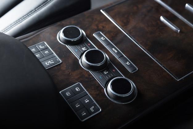 Close up de detalhes do interior de um carro moderno de luxo