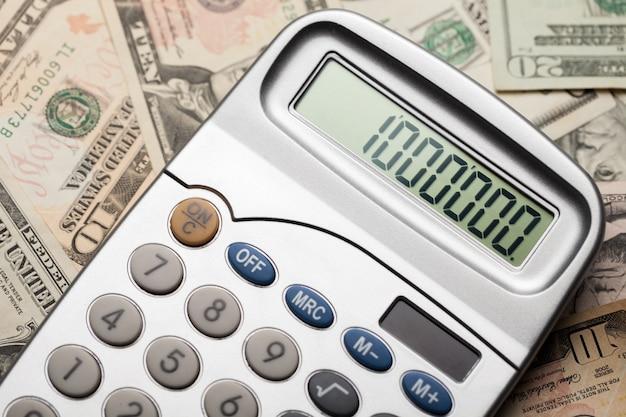 Close-up de dinheiro e calculadora com um milhão na tela