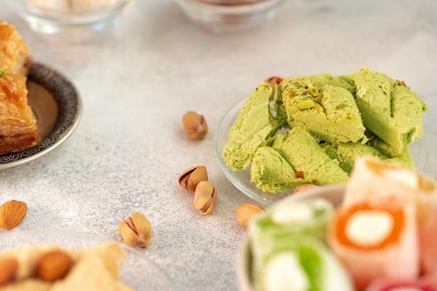 Close up de doces coloridos de halva turca na superfície cinza