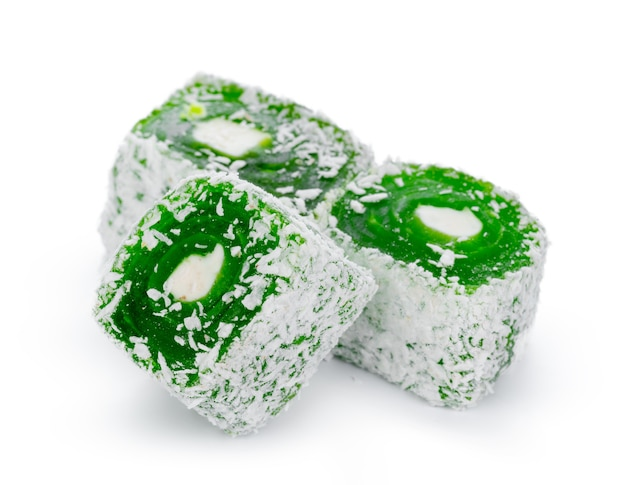 Close up de doces de manjar turco verde isolados no branco